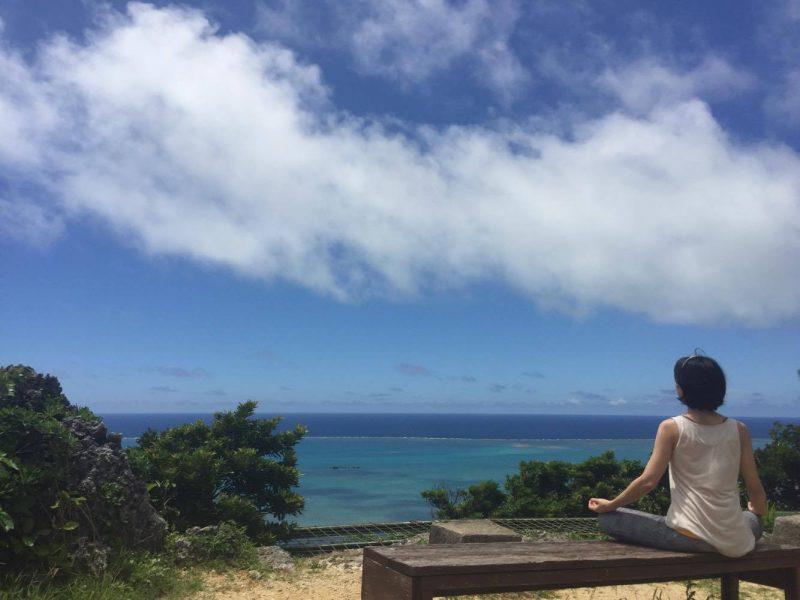 青空の下で瞑想